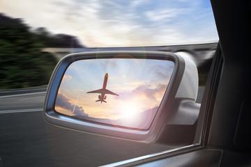 Samolot startujący z lotniska, odbicie w lusterku samochodu.