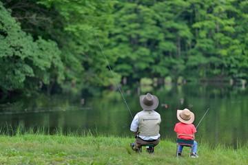のんびりと釣りをするファミリー