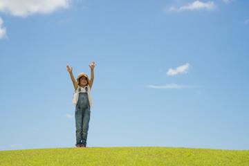 草原で遊ぶ女の子