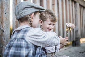 Junge schenkt Mädchen eine Rose