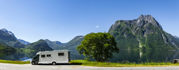 Wohnmobil am Fjord