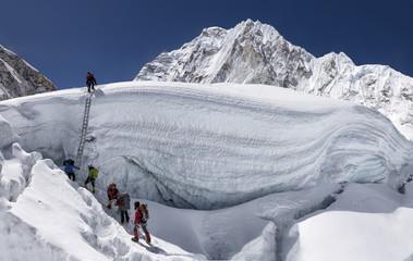 Nepal, Solo Khumbu, Everest, Sagamartha National Park, Mountaineers climbing icefall