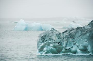 Icebergs em Jökulsárlón, um lago glaciar na Islândia