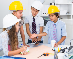 Children in helmet talking about building
