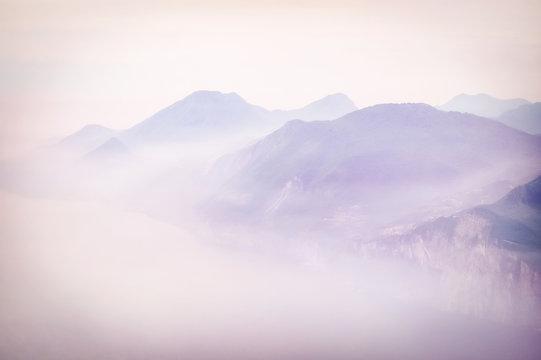 Blick vom Monte Baldo auf den Gardasee und das Westufer bei frühmorgendlichem Nebel
