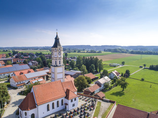 Luftaufnahme Dorf mit Kirchturm im Allgäu