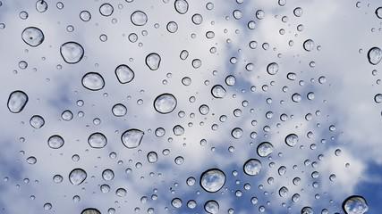 Wasserperlen vor Himmel