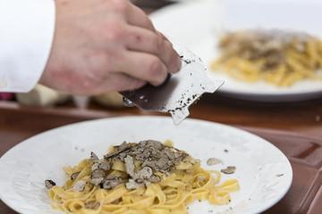 Kroatien, Istrien, Trüffelfestival in Livade, frischer weisser Trüffel mit Pasta