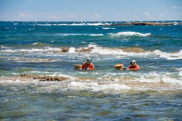 陸から泳いで漁場へ向かう徒人(かちど)、千葉の海女