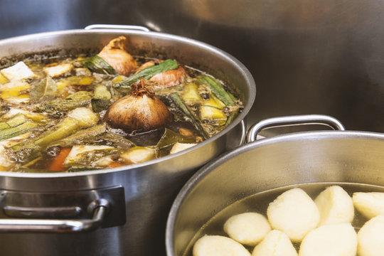 Suppen am Herd (Rinderbrühe, Grießnockerlsuppe)