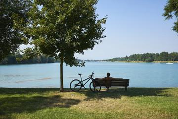 panchine di legno fronte lago
