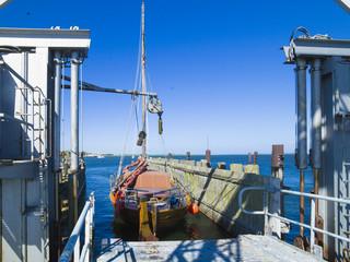 Altes Holzboot am Anleger der Witower Fähre aud Rügen