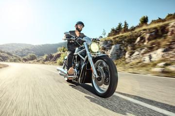 Fototapeta premium Młody człowiek jedzie na motocyklu