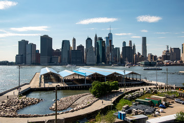 Tuinposter Dubai New York, City / USA - JUL 10 2018: Fort Stirling Park in clear afternoon of Lower Manhattan Skyline view from Brooklyn New York City