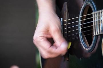 Gitarrenspieler mit der Gitarre in der Hand