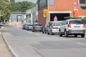 Baustelle mit einspuriger Verkehrsführung und Ampel