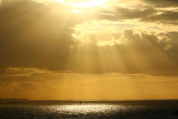 Die Sonne scheint durch die Wolken