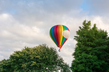 Autocollant pour porte Aerien Hot air balloon under blue sky.