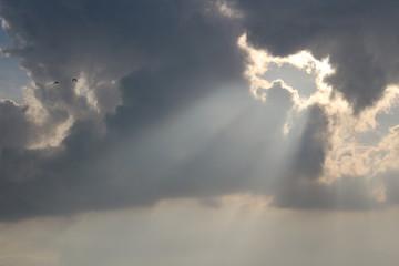Die Sonne scheint durch die Wolken.