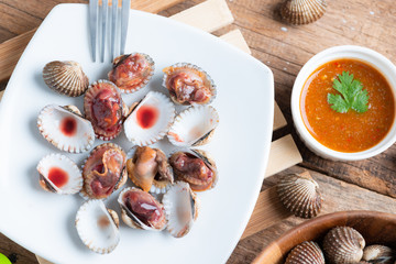 Steamed cockle ( Boiled cockles ) with spicy seafood sauce
