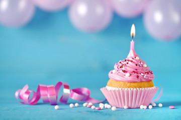 Geburtstag Kuchen Muffin Cupcake mit Luftballons, Kerze und Streusel