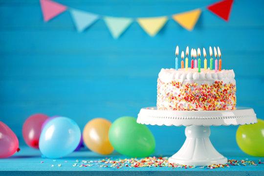 Geburtstag Torte Kuchen mit Luftballons, Konfetti und Wimpelkette