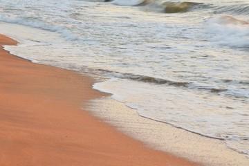 волны моря набегают на берег