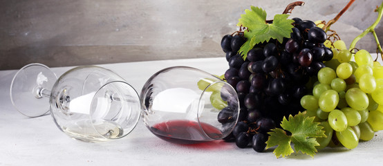 Red Wine and white wine with grapes and glasses on rustic background. Fototapete