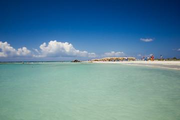 Piękna piaszczysta plaża na wyspie Kreta w upalny letni dzień