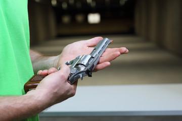 Strzelnica. Mężczyzna strzela z rewolweru