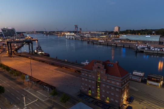 Überblick über die Kieler Förde an einem Sommerabend