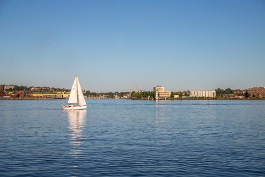 Segelschiff im Hafen in der Kieler Förde