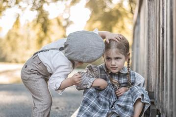 Junge gibt Mädchen Kuss auf die Wange