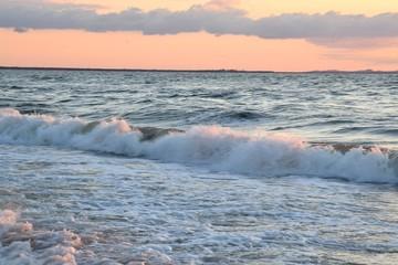 бушующие волны на море на заходе солнца