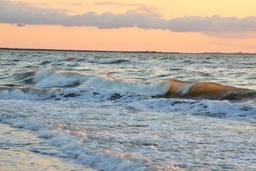 бушующие волны на море