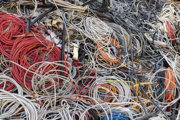 nicht mehr benutzbare Kabel auf einem Recycling hof zur Wiederverwertung