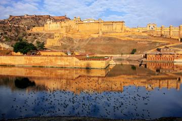 Photo sur Plexiglas Fortification Amber Fort reflected in Maota Lake near Jaipur, Rajasthan, India.