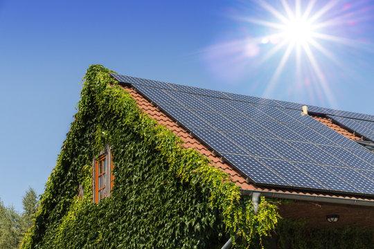 Haus gewinnt Sonnenenergie dank Photovoltaik