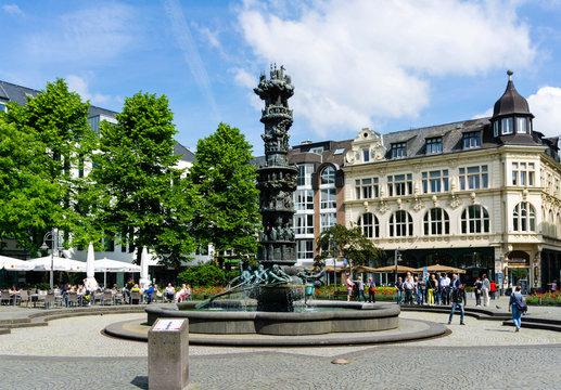 Historiensäule in Koblenz bei blauen Himmel mit wolken