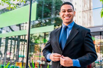 Homem de negócios realizado, feliz e sorridente