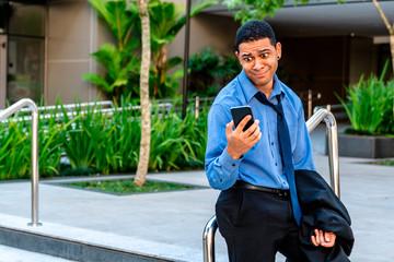 Homem de negócios olhando o celular desapontado