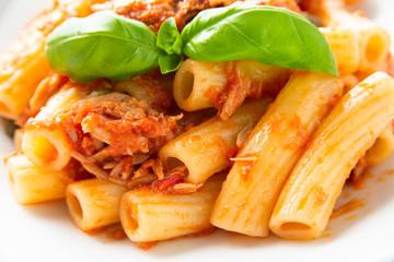 Piatto di pasta con ragu di pesce e pomodoro