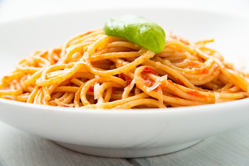 Spaghetti con pomodoro e formaggio