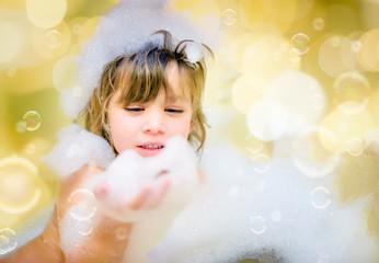 belle enfant jouant dans son bain