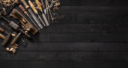 Tischler Werkzeug auf dunkler Arbeitsplatte