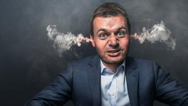 wütender Chef mit rauchenden Ohren