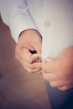 Noivo se preparando para o casório