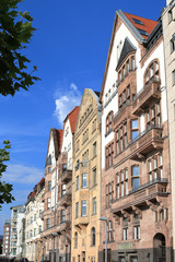 Hausfassaden an der Rheinuferpromenade
