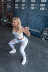 Blonde Frau trainiert Cross Fit im Fitness Studio Workout