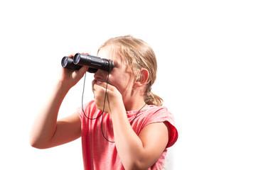 Mädchen schaut durch Fernglas und hält sich den Mund zu